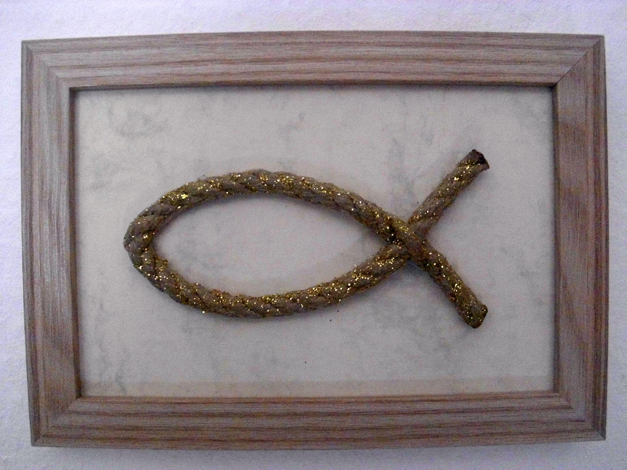 Fisch, 6 mm Kunstfaserseil in Hanfoptik mit Goldflitter, gerahmt, 9,95 €; Best.Nr. 011