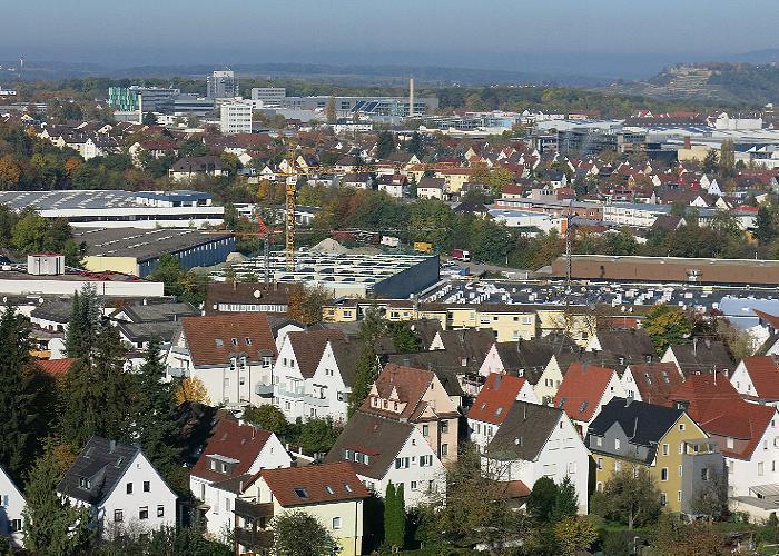 Geeignete Dächer für Solaranlagen gibt es auch in den Gewerbegebieten im Hintergrund.