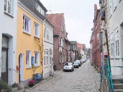 Fischerstraße im Winter mit Blick zum Hafen