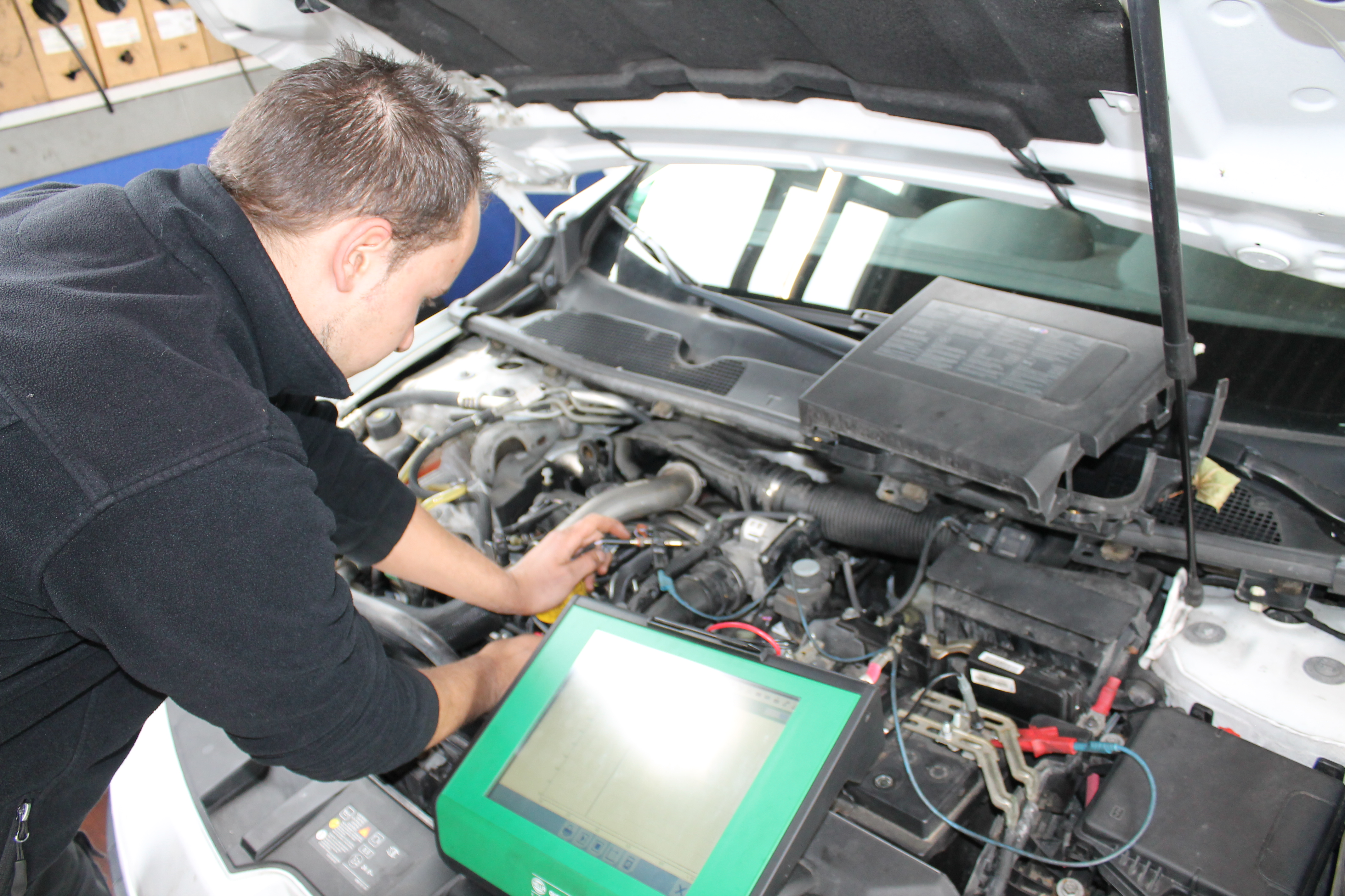 Hier sehen Sie eine geführte Fehlersuche am Fahrzeug durch unser Fachpersonal