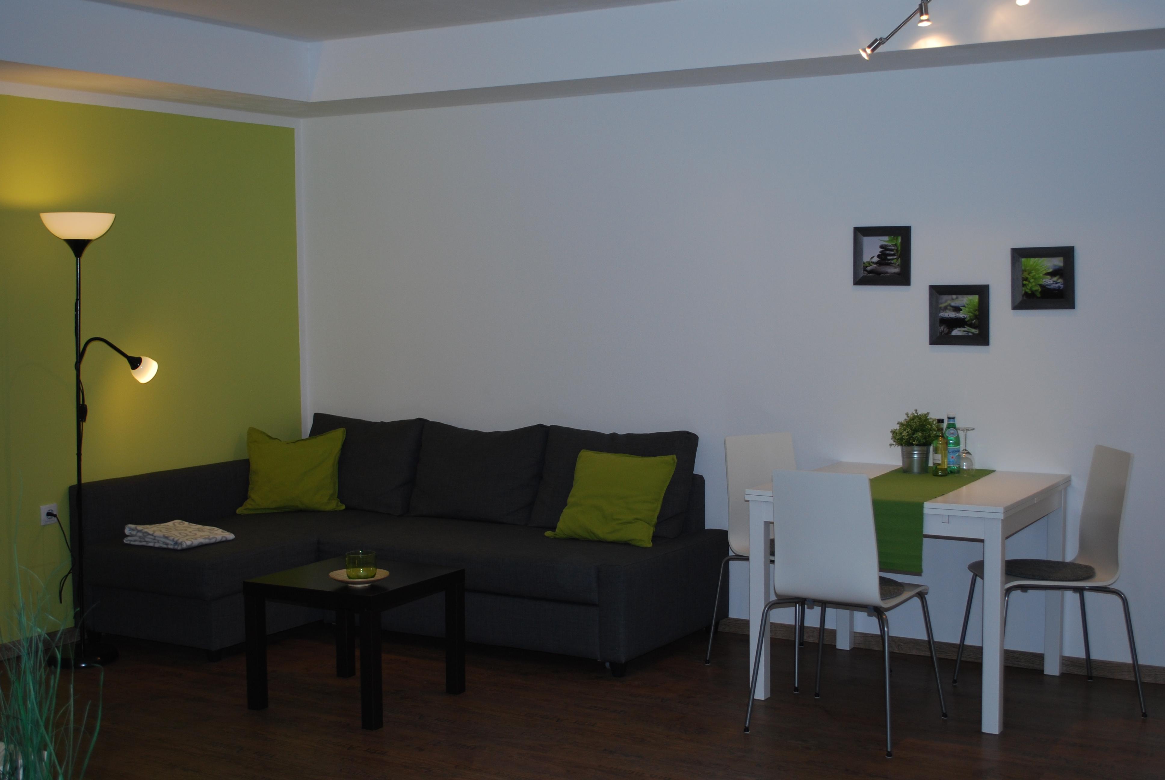 Wohnbereich mit Ecksofa (Schlafsofa 140x200cm), LED-TV (u.a. NETFLIX)