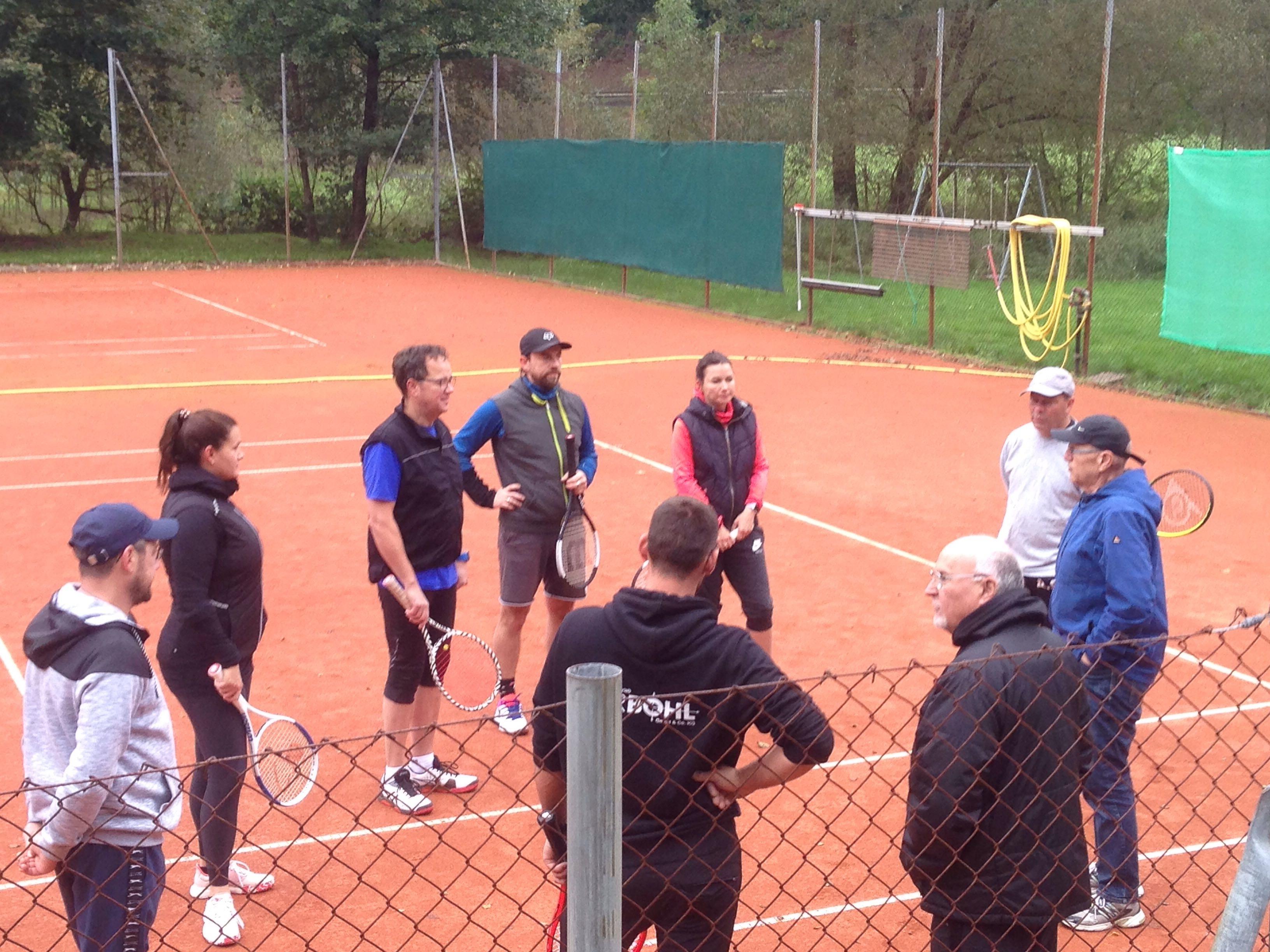 Sportwart Wolfgang Buchner erklärt die Modalitäten des Turniers